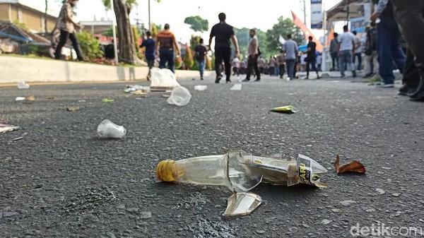 Sisa Jejak Massa Pendemo Omnibus Law di Banyuwangi, Celana Dalam Hingga Batu