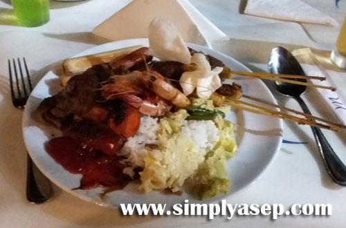 UTAMA :  Hidangan utama yang saya santap malam itu. Ada kerupuk juga tidak lengkap rasanya jika tidak ada yang satu itu, kerupuk.  Foto Asep