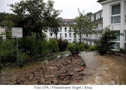 """Ακραία καιρικά φαινόμενα στην Ευρώπη : 30 αγνοούμενοι στην Γερμανία - """"Φλέγεται"""" η Μόσχα"""