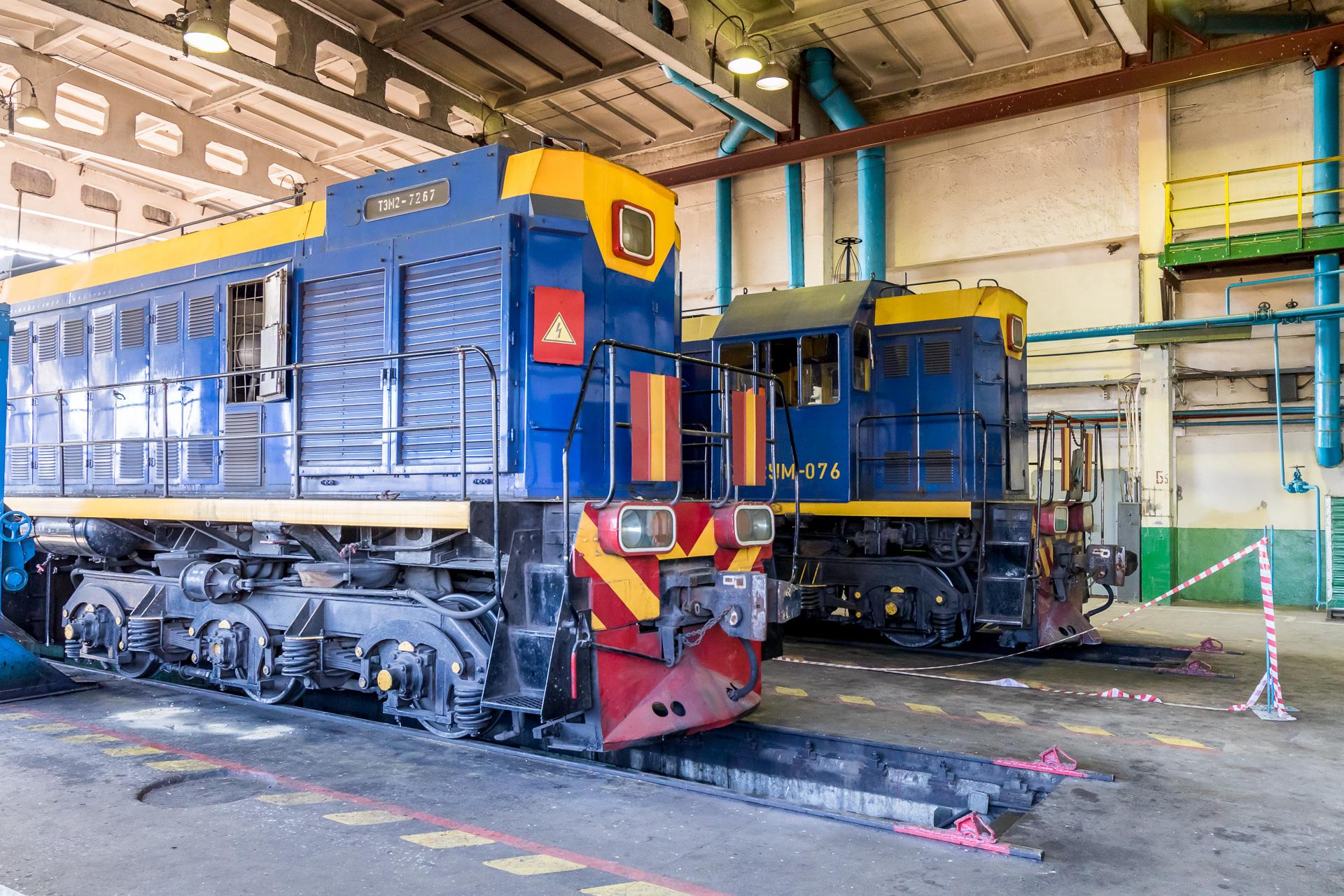 Тепловозы ТЭМ2У в локомотиво-вагонном депо железнодорожного цеха Оскольского электрометаллургического комбината