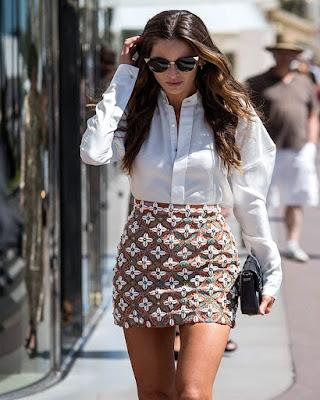 outfit para el trabajo de verano con minifalda de estampado