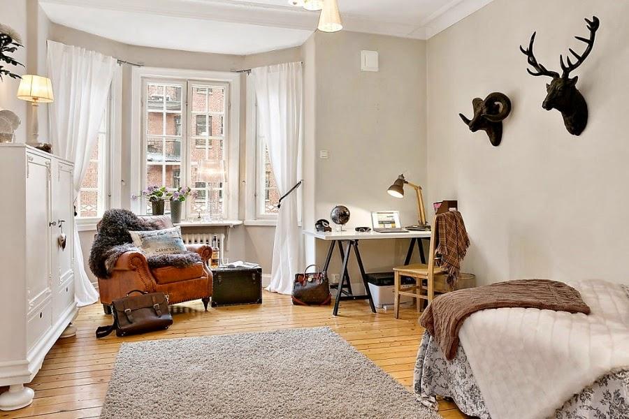 Mieszanka stylów w palecie szarości, wystrój wnętrz, wnętrza, urządzanie domu, dekoracje wnętrz, aranżacja wnętrz, inspiracje wnętrz,interior design , dom i wnętrze, aranżacja mieszkania, modne wnętrza, skórzany fotel, biurko, miejsce do pracy, lampka