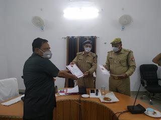 आज दिनांक 30.04.2020 को सेवानिवृत होने वाले पुलिस अधिकारी/कर्मचारी को अपर पुलिस अधीक्षक जालौन डॉ0 अवधेश सिंह द्वारा पुलिस लाईन में विदाई समारोह का आयोजन कर भावभीनी विदाई देकर उनके उज्जवल भविष्य की कामना की गयी।    सेवानिवृत अधिकारी/कर्मचारी का विवरण-  1.उ0नि0 श्री हरपाल सिंह   2. उ0नि0 श्री बलवीर सिंह   3. उ0नि0 श्री सलीम    Today, on 30.04.2020, the retired police officer/employee was greeted with a warm farewell by Additional Superintendent of Police Jalaun Dr. Awadhesh Singh by organizing a farewell ceremony in the police line.    Details of retired officer/employee-  1.U.P Mr. Harpal Singh  2. UP Shri Balveer Singh  3. UP Shri Salim           संवाददाता, Journalist Anil Prabhakar.                 www.upviral24.in