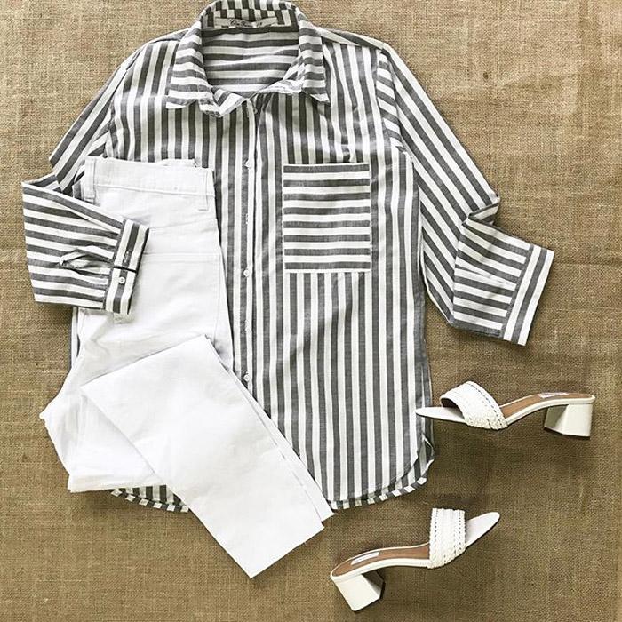 Pantalón blanco y camisa rayada moda verano 2020. Sandalias de verano 2020 zuecos blancos moda 2020.