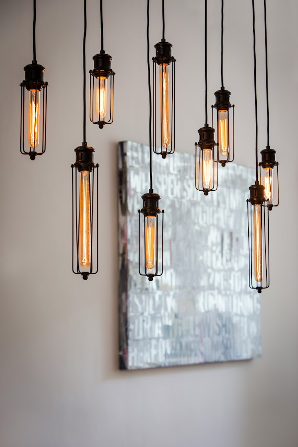 Lámparas colgantes de aspecto industrial con luces incandescentes tipo retro