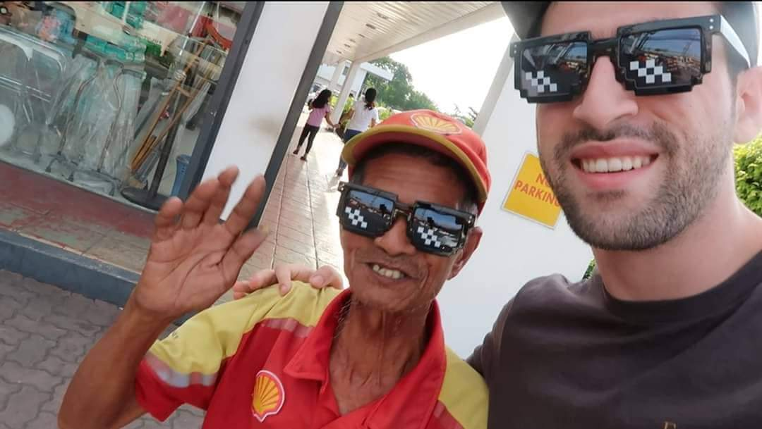The Hungry Syrian Wanderer gifts Lolo Bro with grocery items and rice