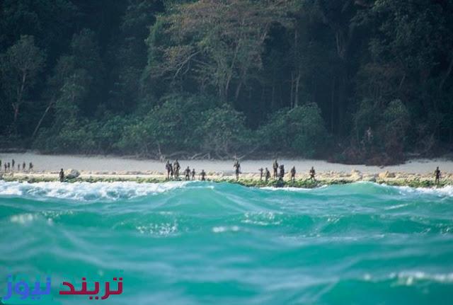 تريند  تقع جزيرة الحراس North Sentinel Island قبالة ساحل الهند في خليج البنغال, وهى جزيرة بعيدة عن الحضارة حيث لم يتمكن أي شخص من الاتصال بالسكان الأصليين الى الان