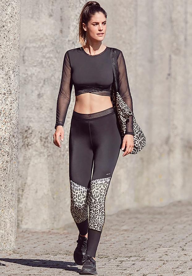 Total look en negro con estampado de leopardo