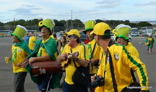 Torcida brasileira chegando ao Estádio Mané Garrincha para o jogo Brasil x Camarões, na Copa do Mundo de 2014