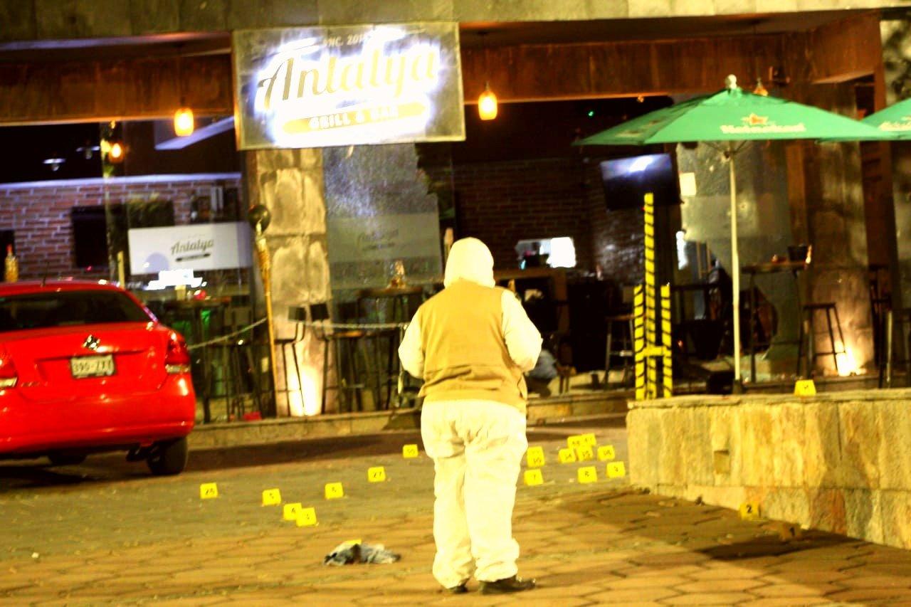 """Sicarios atacan en Cuernavaca; Morelos el Bar """"Antatya"""", hay 1 persona muerta y 4 heridas de gravedad"""