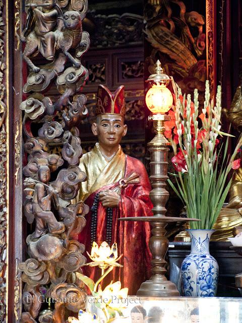 Detalle decoración y escultura de altar - Vinh Trang Pagoda por El Guisante Verde Project