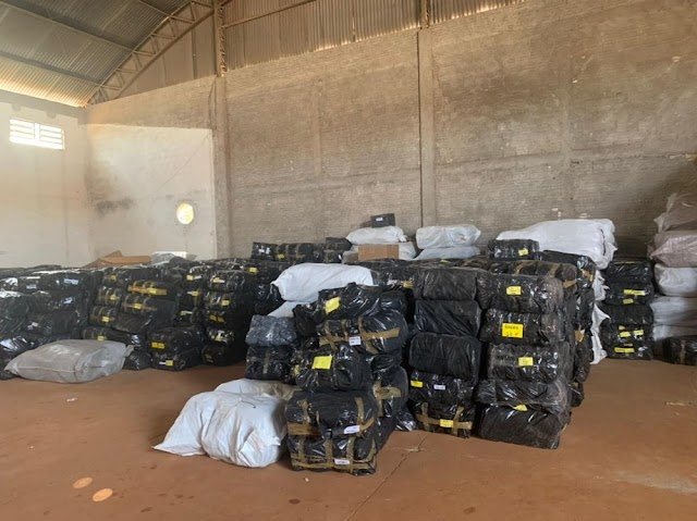 Receita Federal e PM fazem apreensão de calçados com suspeita de falsificação, em Foz do Iguaçu