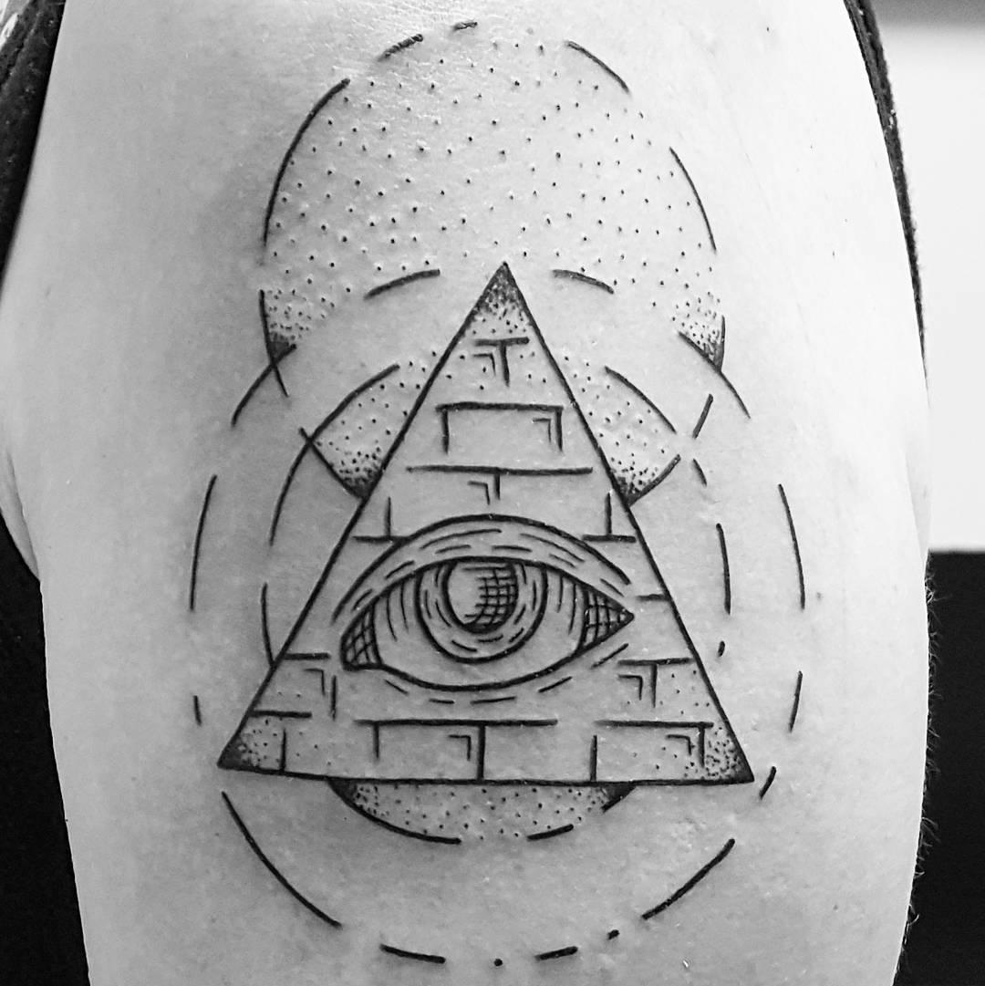 Tatuaje de pirámide geométrica