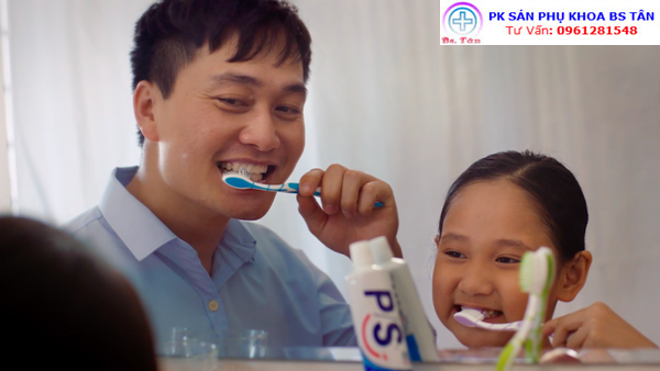 ba và bé đánh răng