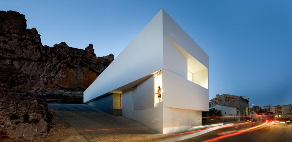 Casa en la ladera de un castillo de fran silvestre for Architecture cubique