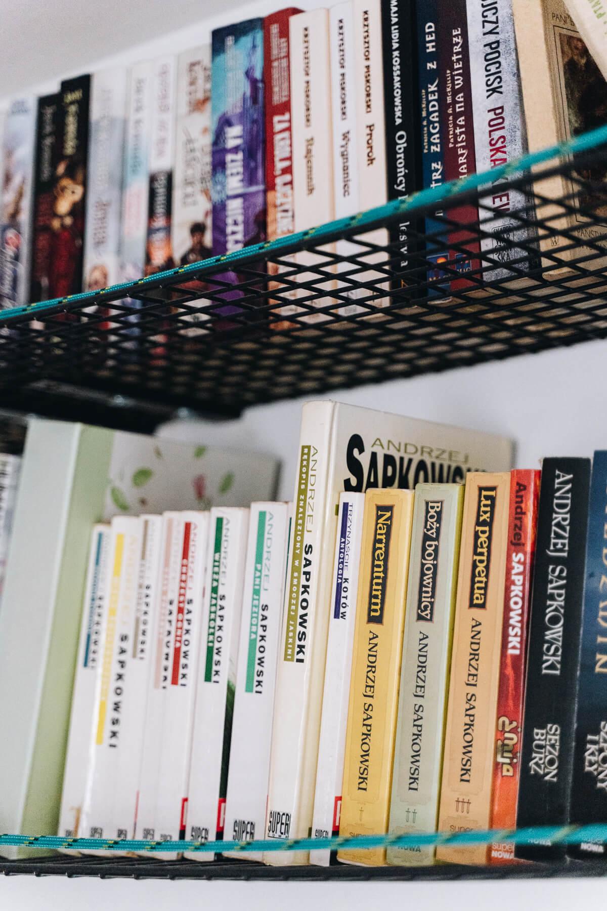 Półki na książki zrobione z półek na buty GREJIG IKEA na półkach stoją książki z sagi o Wiedźminie