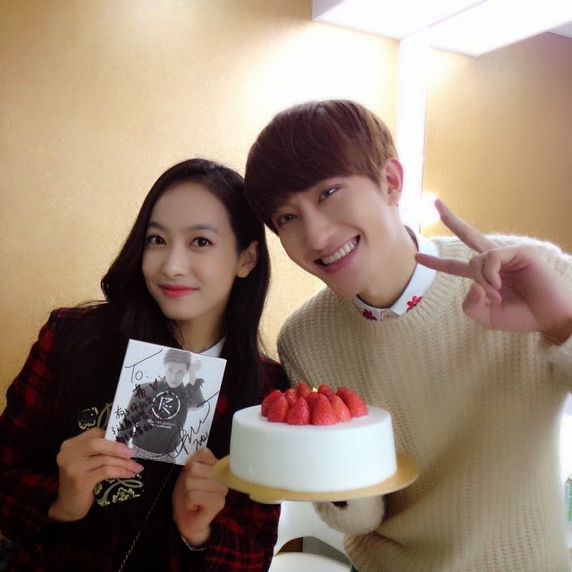 f(x) Victoria shows her support for Zhoumi's 'Rewind' - SNSD