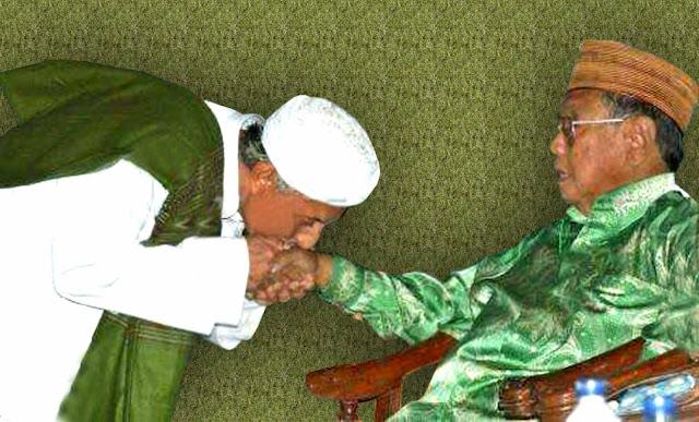 Inilah Hikmah Agung Sowan dan Mencium Tangan Kiai