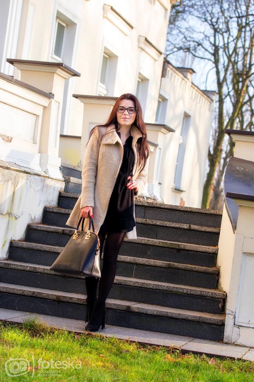 fashion, liu jo, hm, ebutik, zamszowa sukienka, płaszcz, timeandmore, botki, frędzle, stylizacja jesienna, zima, mała czarna,