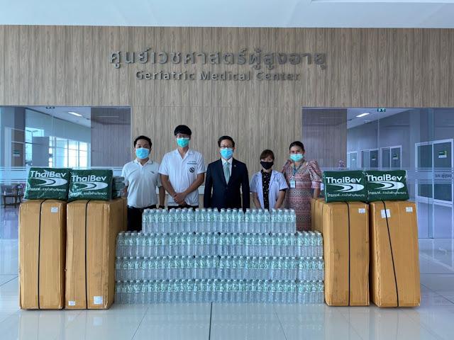 โรงพยาบาลผู้สูงอายุบางขุนเทียน เขตบางขุนเทียน (รพ.สนาม)  รับมอบผ้าห่มผืนเขียวไทยเบฟ และน้ำดื่ม