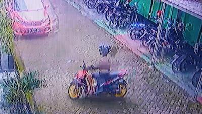 VIDEO: Ada Pencuri Helm di Kemenag Bone, Aksinya Terekam CCTV