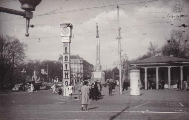 Ļeņina ielas (tagad Brīvības iela) un Padomju bulvāra (tagad Zigfrīda Annas Meirovica bulvāris) krustojums. Rīga, 1950tie gadi.