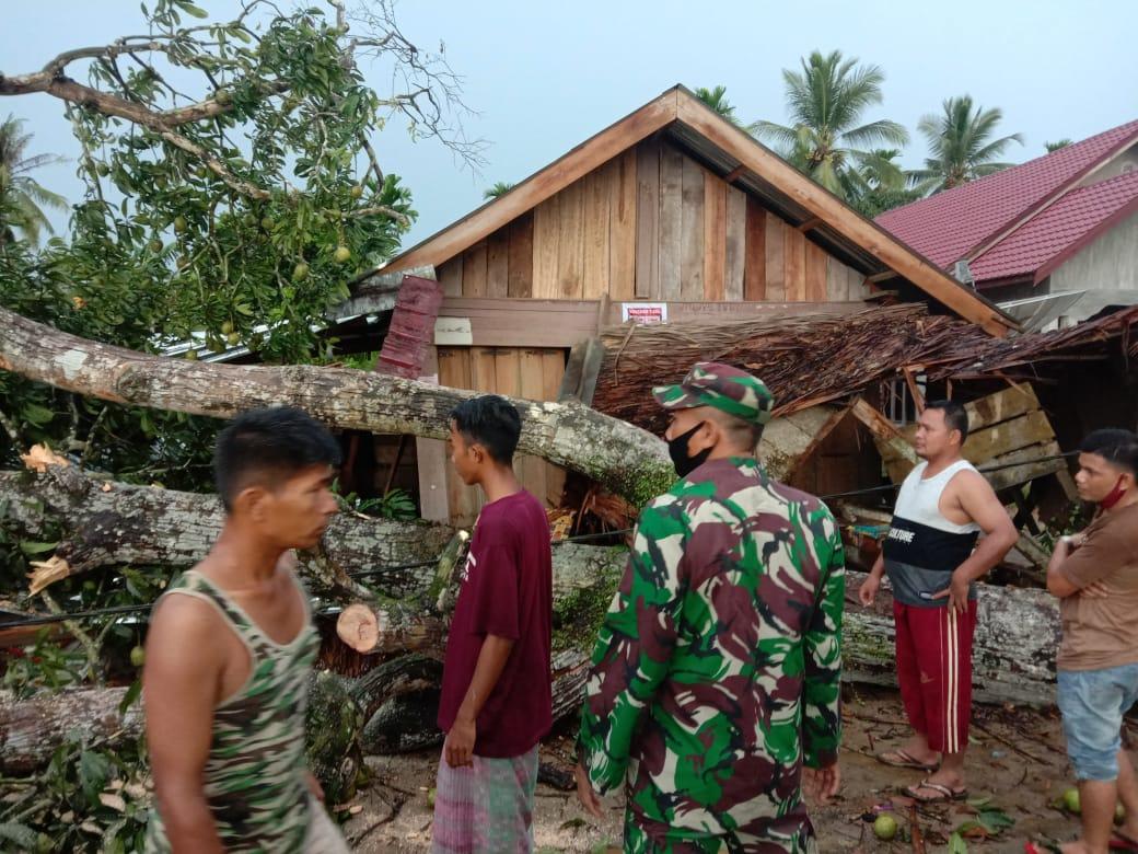 Gerak Cepat TNI POLRI Bantu Evakuasi Rumah Warga Yang ...