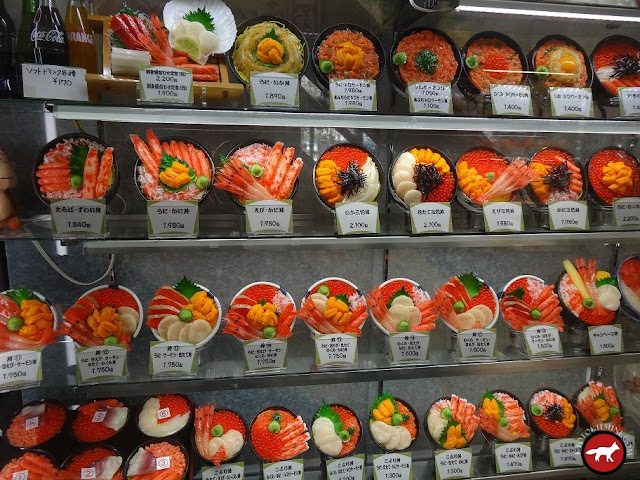 Vitrine de restaurant proposant des donbori aux fruits de mer à Hakodate