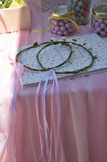 ρομαντική διακόσμηση βάπτισης με λουλουδάκια στεφανάκια και ροζ κουφέτα
