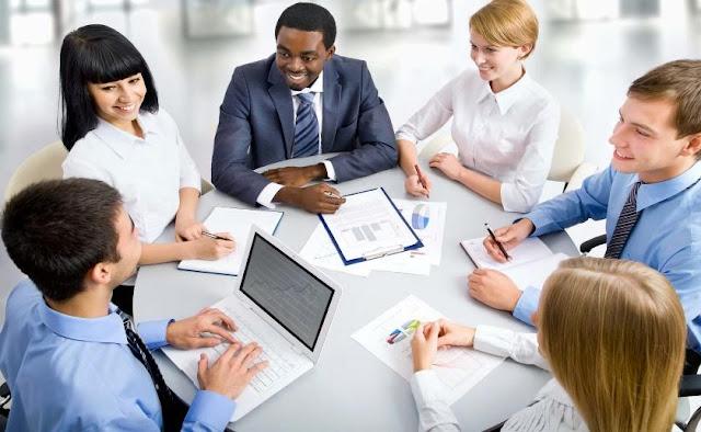 meeting rapat dengan rekan kerja di kantor