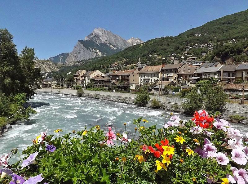 «Saint-Michel de Maurienne (Savoie)» par Florian Pépellin — Travail personnel. Sous licence CC BY-SA 3.0 via Wikimedia Commons - http://commons.wikimedia.org/wiki/File:Saint-Michel_de_Maurienne_(Savoie).JPG#/media/File:Saint-Michel_de_Maurienne_(Savoie).JPG