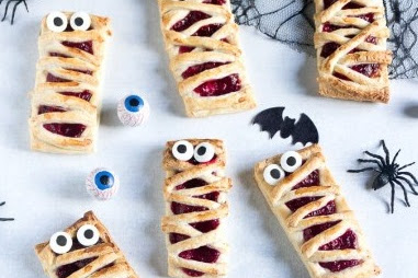 Easy Yummy Raspberry Halloween Mummy Pies