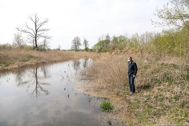 Andrzej Duda patrzy w dal na Biebrzański Parku Narodowy