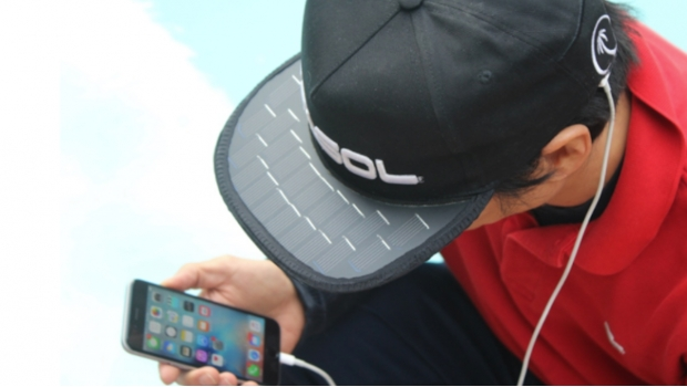 Gorra para recarga de celular a través del sol