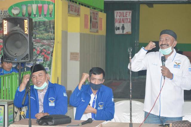 "Mojokerto - majalahglobal.com : DPRD Kabupaten Mojokerto. H. Sopi'i S.P. yang telah 3 kali ini menjadi Wakil Rakyat dari Fraksi Partai Demokrat menggelar serap aspirasi (reses) ke II di Warung Sagu, Jalan Raya Padangan, Desa Terusan, Kecamatan Gedeg, Kabupaten Mojokerto, Minggu (16/8/2020).  Dalam sambutannya, Sopi'i mengatakan jika tahun ini ada pemilihan Bupati, tepatnya di tanggal 9 Desember 2020, sehingga tahun ini mungkin anggaran APBD yang begitu besar juga akan dimanfaatkan untuk Pilkada ini.   ""Tahun depan akan kita usahakan untuk pembangunan fisik yang ada di Kabupaten Mojokerto, mengingat tahun ini merupakan Pandemi Covid yang intinya bakal sedikit sekali anggaran untuk pembangunan fisik. Jadi semua anggaran pembangunan dialihkan untuk bantuan langsung tunai (BLT),"" pungkas Sopi'i.  Sementara itu, Ketua DPC Partai Demokrat Kabupaten Mojokerto, H.Ayub Busono Listyawan berharap kerjasama dari semua kader demokrat untuk menciptakan kondusifitas dan secara politik untuk memenangkan IKBAR atau Ikfina-Barra.  ""Kebetulan partai Demokrat mendukung IKBAR yang saat ini mendapatkan 19 kursi, PUTI 20 kursi dan YONI 11 kursi. Saya berharap minimal kita bisa menang 60%,"" terang Ayub. (Jayak)"