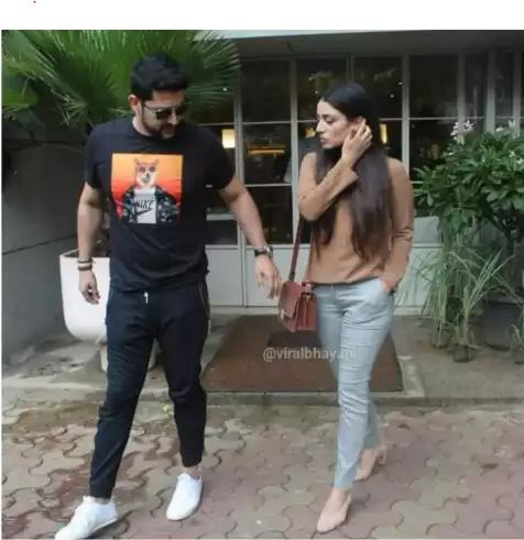 aftab-shivdasani-spoted-with-wife-in-resturant