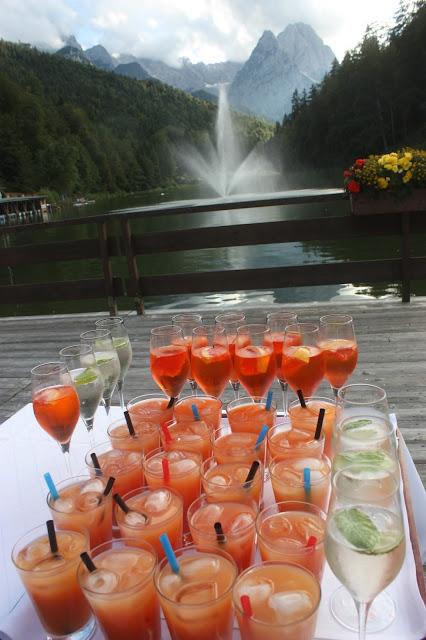 Aperitif am See - Grainauer Alphornbläser - Schleierkraut-Wolken in rosa und weiß - Sommerhochzeit in Bayern, Garmisch-Partenkirchen, Riessersee Hotel, Hochzeitshotel, Babies breath wedding