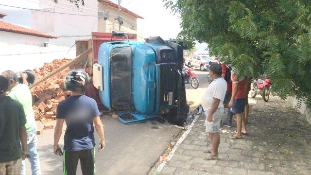 Vídeo: Caminhão carregado de tijolos tomba no Noé Trajano, em Patos