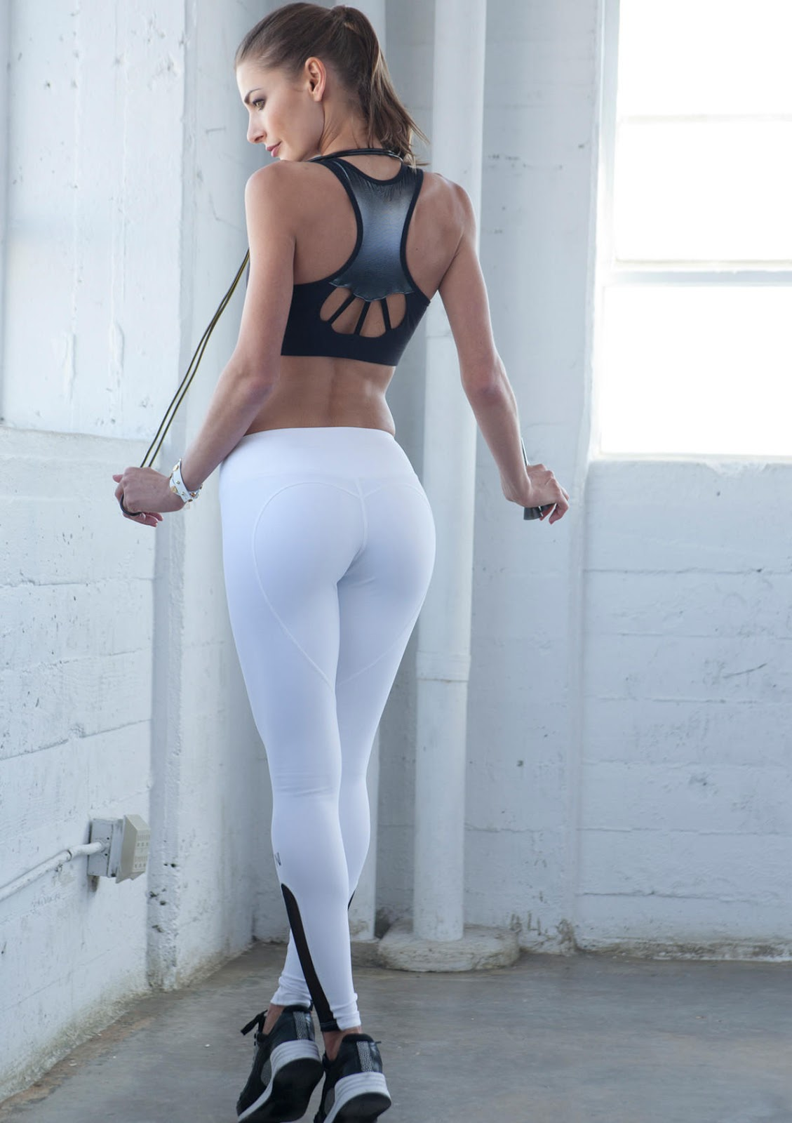 girls-hot-butt-in-tight-pants