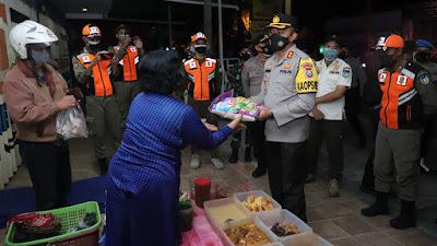 Terdampak PPKM Darurat, Kapolres Kediri Bagikan Ratusan Paket Sembako Kepada Masyarakat