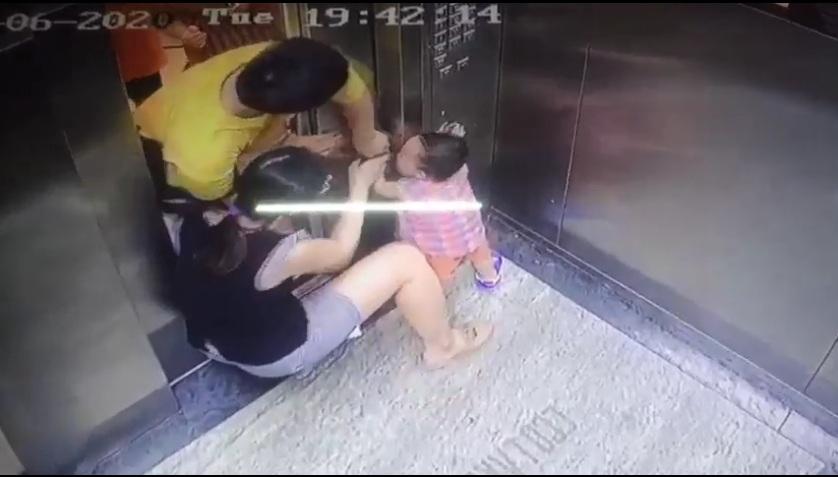 Cho con vào thang máy mà phụ huynh mãi tập trung vào điện thoại thế kia thì thua luôn..