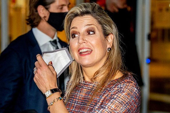 Queen Maxima wore a multicolor top by Natan. Queen Maxima wore a suede pumps by Gianvito Rossi. Chanel bag golden jewelry