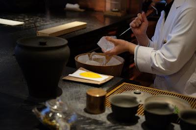 東京の日本茶専門店 櫻井焙茶研究所 ピックで氷を割る