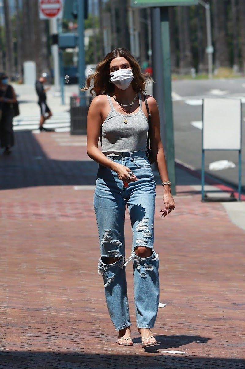 Hailey Bieber Heading to a Medical Building in Beverly Hills 24 Aug -2020