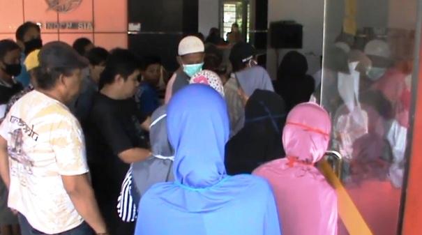 Antrian Penerima Bansos Tunai Tahap III Di Kantor Pos Selayar Tak Indahkan Protokol Kesehatan