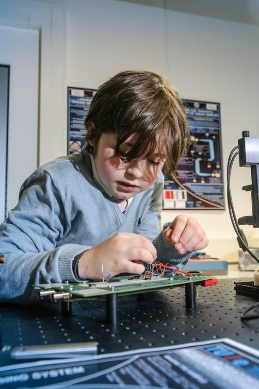 Niño genio se gradúa y quiere prolongar la vida humana