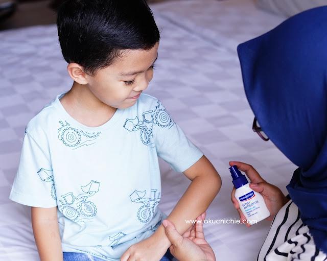 Membersihkan luka dengan Hansaplast Spray Antiseptik