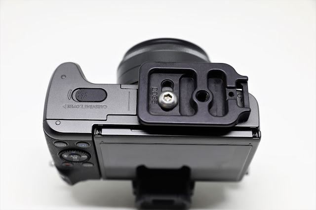 Hejnar D035 QR plate mounted on Canon EOS M5 - bottom view