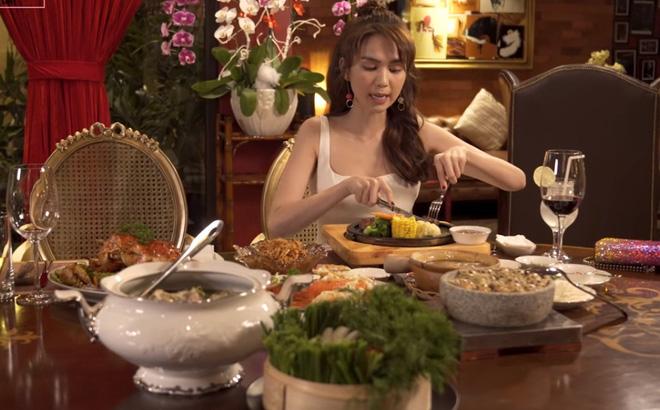 Ngọc Trinh gây sửng sốt khi một mình ăn bữa ăn gần 20 triệu, mỗi món chỉ gắp vài miếng