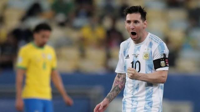 El seleccionador de Argentina, Lionel Scaloni, reveló este sábado, tras proclamarse campeón de la Copa América de 2021 ante la anfitriona Brasil, que el astro Lionel Messi jugó la final mermado físicamente por «un problema en el isquiotibial».  «Lo de Leo, nada va a cambiar haber ganado, él sigue siendo y seguirá siendo el mejor futbolista de la historia», sentenció el técnico en la rueda de prensa posterior a la victoria por 1-0 sobre Brasil, en el mítico estadio Maracaná de Río de Janeiro.     «Cuántas veces él intentó no seguir por todas las frustraciones, por todo lo que le había sucedido, y no tiró la toalla y al final lo consiguió. Y eso es algo que hay que remarcar», completó.     Scaloni confesó que Messi jugó la semifinal contra Colombia y la final frente a Brasil «con dificultades físicas», que en declaraciones minutos antes acotó un «problema en el isquiotibial».  «Y yo, como entrenador, en ningún momento puedo prescindir de un jugador de estas características, no hay ninguna posibilidad, incluso jugando en inferioridad de condiciones como ha jugado este partido y el anterior», añadió.  EFE